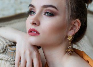 Femme porte un bijoux en or